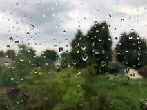 Gotas da água no fim transparente verde do vidro acima da vista imagem de stock