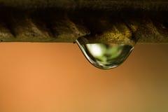 Gotas da água no fio fotos de stock royalty free