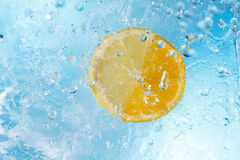 Gotas da água que caem no limão e na laranja Foto de Stock Royalty Free