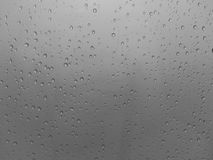 Gotas da água sobre a obscuridade Imagem de Stock