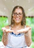 Gotas da agua potável nas mãos Imagens de Stock