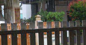Gotas da chuva da água na cerca vídeos de arquivo