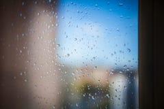 Gotas da chuva e ensolarado na janela Fotos de Stock