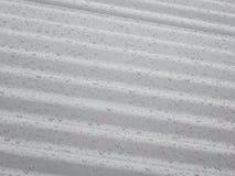 Gotas da chuva em um telhado de aço ondulado Fotos de Stock