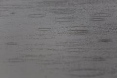 Gotas da chuva em uma superfície da água Fotos de Stock