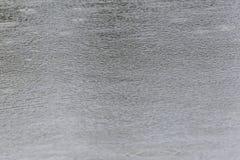 Gotas da chuva em uma superfície da água Foto de Stock Royalty Free