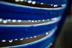 Gotas da chuva na cerca azul imagens de stock royalty free