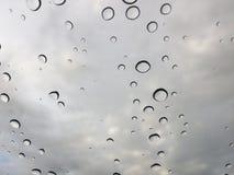 Gotas da chuva na janela dianteira do carro Foto de Stock