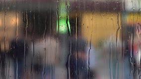 Gotas da chuva na tarde do vidro na primavera Fundo obscuro video estoque