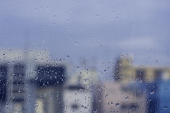 Gotas da chuva no fundo da construção na estação das chuvas Imagens de Stock Royalty Free