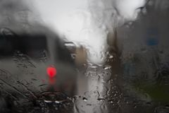 Gotas da chuva no fundo de vidro azul Luzes de Bokeh da rua fora de foco Autumn Abstract Backdrop Imagem de Stock