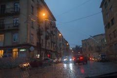 Gotas da chuva no fundo de vidro Luzes de Bokeh da rua fora de foco Autumn Abstract Backdrop Fotografia de Stock