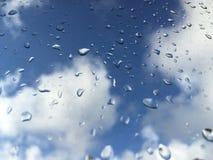 Gotas da chuva no windowpane contra nuvens Imagens de Stock Royalty Free