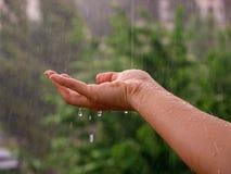 Gotas da chuva que caem disponível imagens de stock royalty free
