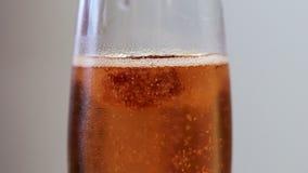 Gotas da framboesa no vidro do vinho espumante filme
