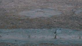 Gotas da queda da chuva ao pavimento que forma uma poça Lapso de tempo filme