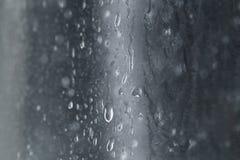 Gotas da textura da água em um fundo azul borrado Fotografia de Stock