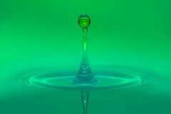 Gotas de água com fundo verde Fotografia de Stock Royalty Free