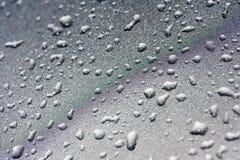 Gotas de água em um fundo metálico de prata Imagens de Stock