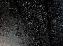 Gotas de água no fundo preto imagens de stock