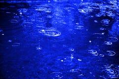 Gotas de agua en el charco del agua Fotografía de archivo