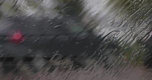 Gotas de agua en el parabrisas del d3ia del dren del coche dentro de la visión almacen de video
