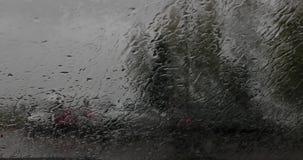 Gotas de agua en el parabrisas del d3ia del dren del coche dentro de la visión almacen de metraje de vídeo
