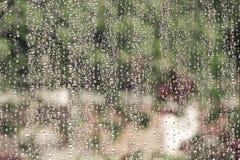Gotas de agua en el vidrio de la ventana casero Imágenes de archivo libres de regalías