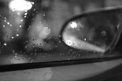 Gotas de agua en la ventanilla del coche Foto de archivo libre de regalías