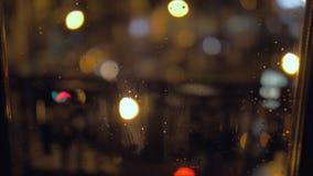 Gotas de agua en una ventana en la noche almacen de video