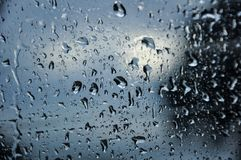 Gotas de agua en una ventana imágenes de archivo libres de regalías