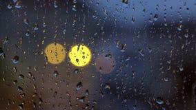 Gotas de agua en una ventana en un d?a lluvioso metrajes