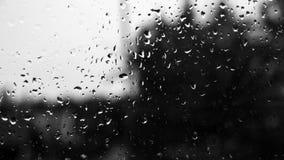 Gotas de agua en una ventana vieja con contraste del cielo ligero y de VE oscura Fotos de archivo libres de regalías
