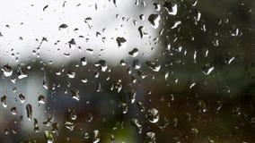 Gotas de agua en una ventana vieja con contraste del cielo ligero y de VE oscura Imagen de archivo