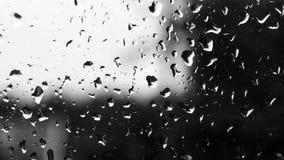 Gotas de agua en una ventana vieja con contraste del cielo ligero y de VE oscura Fotografía de archivo