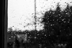 Gotas de agua en una ventana vieja con contraste del cielo ligero y de VE oscura Fotos de archivo
