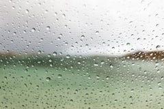 Gotas de agua macras en una ventanilla del coche Fotos de archivo