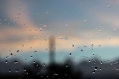 Gotas de agua puras en una superficie del vidrio de la ventana imagen de archivo