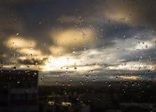 Gotas de agua sobre el vidrio Imagen de archivo