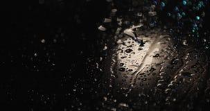 Gotas de agua sobre el vidrio en la noche almacen de video
