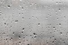 Gotas de agua sobre el vidrio fotos de archivo