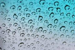 Gotas de agua sobre el vidrio teñido. Fotos de archivo libres de regalías