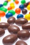 Gotas de chocolate revestidas dos doces fotografia de stock