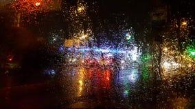 Gotas de la lluvia en el cristal de la ventanilla del coche almacen de metraje de vídeo