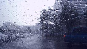 Gotas de la lluvia en fondo/descensos de cristal azules sobre el vidrio almacen de metraje de vídeo