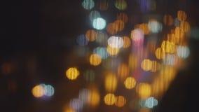 Gotas de la lluvia en la ventana y el resplandor de la luz metrajes