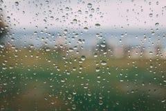 Gotas de la lluvia en una ventana de cristal Imagen de archivo libre de regalías