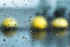 Gotas de la lluvia sobre el vidrio en fondo fotografía de archivo libre de regalías