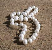 Gotas de la perla que mienten en la arena Imágenes de archivo libres de regalías