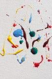 Gotas de la pintura del arte en lona Imagenes de archivo